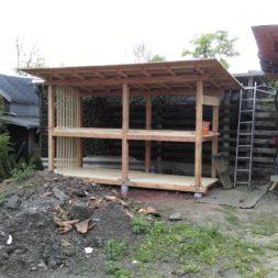 bau brennholzlagerregal mit epdm solarheizung pool 44 - Das vierte Brennholzlagerregal mit Solarkollektoren für den Pool wird gebaut