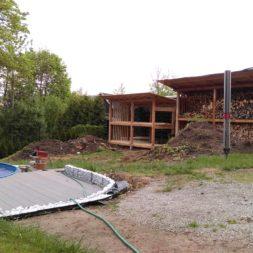 bau brennholzlagerregal mit epdm solarheizung pool 45 - Das vierte Brennholzlagerregal mit Solarkollektoren für den Pool wird gebaut