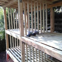 bau brennholzlagerregal mit epdm solarheizung pool 48 - Das vierte Brennholzlagerregal mit Solarkollektoren für den Pool wird gebaut