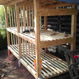 bau brennholzlagerregal mit epdm solarheizung pool 49 - Das vierte Brennholzlagerregal mit Solarkollektoren für den Pool wird gebaut