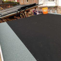 bau brennholzlagerregal mit epdm solarheizung pool 52 - Das vierte Brennholzlagerregal mit Solarkollektoren für den Pool wird gebaut