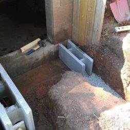 bau treppe in poolhaus in erde 2 - Zwei Betontreppen werden am Pool in den Hang gebaut