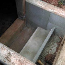bau treppe in poolhaus in erde 5 - Zwei Betontreppen werden am Pool in den Hang gebaut