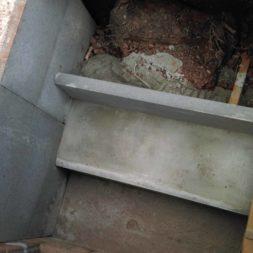 bau treppe in poolhaus in erde 6 - Zwei Betontreppen werden am Pool in den Hang gebaut