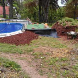 erde sieben und rasen am pool neu anlegen 1 - Pool Aussenanlagen vorbereiten - Platz schaffen für die Rasenanlage