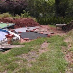 erde sieben und rasen am pool neu anlegen 13 - Pool Aussenanlagen vorbereiten - Platz schaffen für die Rasenanlage