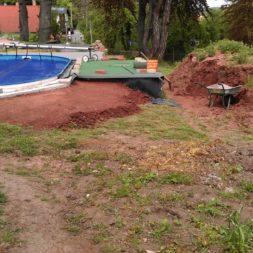 erde sieben und rasen am pool neu anlegen 2 - Pool Aussenanlagen vorbereiten - Platz schaffen für die Rasenanlage
