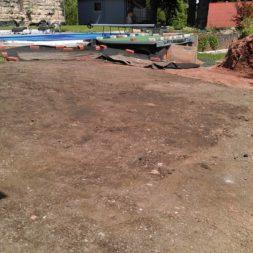 erde sieben und rasen am pool neu anlegen 33 - Pool Aussenanlagen vorbereiten - Platz schaffen für die Rasenanlage