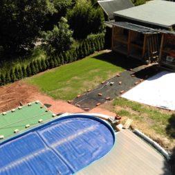 erde sieben und rasen am pool neu anlegen 57 - Pool Aussenanlagen vorbereiten - Platz schaffen für die Rasenanlage