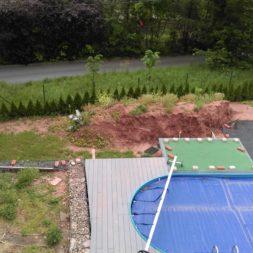 erde sieben und rasen am pool neu anlegen 9 - Pool Aussenanlagen vorbereiten - Platz schaffen für die Rasenanlage