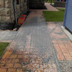 pflastersteinweg neu verlegen steuerkabel roboter 11 - Carrara Kies und Palme am Pool
