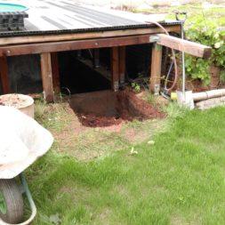 treppe in hang bauen am pool 3 - Zwei Betontreppen werden am Pool in den Hang gebaut