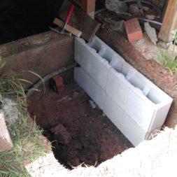 treppe in hang bauen am pool 7 - Zwei Betontreppen werden am Pool in den Hang gebaut