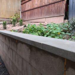Abdecksteine auf Stuetzmauer am Hang bauen 3 - Neuer Carport mit Photovoltaik auf dem Dach