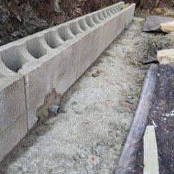 Carport bauen Stuetzmauer am hang bauen11 - Carport selber bauen - Hang mit Schalsteinen sichern