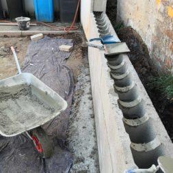 Carport bauen Stuetzmauer am hang bauen12 - Carport selber bauen - Hang mit Schalsteinen sichern