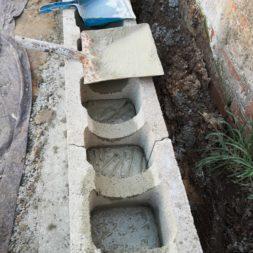 Carport bauen Stuetzmauer am hang bauen13 - Carport selber bauen - Hang mit Schalsteinen sichern