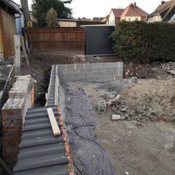 Carport bauen Stuetzmauer am hang bauen19 - Carport selber bauen - Hang mit Schalsteinen sichern