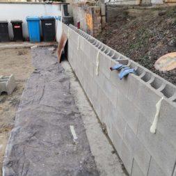 Carport bauen Stuetzmauer am hang bauen21 - Carport selber bauen - Hang mit Schalsteinen sichern