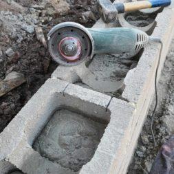 Carport bauen Stuetzmauer am hang bauen27 - Carport selber bauen - Hang mit Schalsteinen sichern