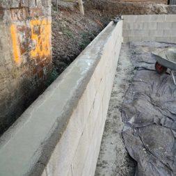 Carport bauen Stuetzmauer am hang bauen30 - Carport selber bauen - Hang mit Schalsteinen sichern