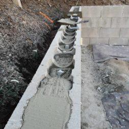 Carport bauen Stuetzmauer am hang bauen31 - Carport selber bauen - Hang mit Schalsteinen sichern
