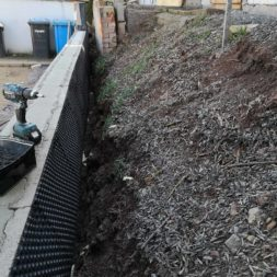 Carport bauen Stuetzmauer am hang bauen39 - Carport selber bauen - Hang mit Schalsteinen sichern