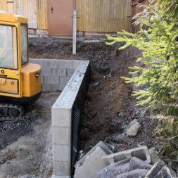 Carport bauen Stuetzmauer am hang bauen47 - Carport selber bauen - Hang mit Schalsteinen sichern