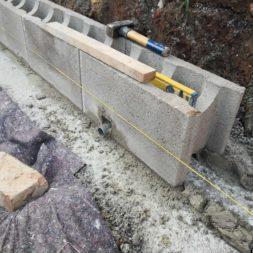 Carport bauen Stuetzmauer am hang bauen8 - Carport selber bauen - Hang mit Schalsteinen sichern