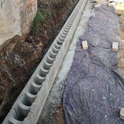 Carport bauen Stuetzmauer am hang bauen9 - Carport selber bauen - Hang mit Schalsteinen sichern