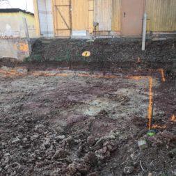 Carport bauen baugrube ausheben bauen12 - Carport selber bauen - Hang mit Schalsteinen sichern