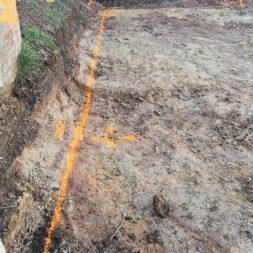Carport bauen baugrube ausheben bauen9 - Carport selber bauen - Hang mit Schalsteinen sichern