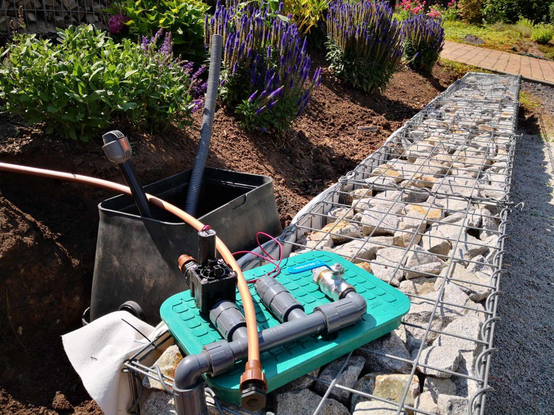 automatische Bewässerung mit Tropfrohr bauen 4 - Hochbeet am Hang mit Gabionen und automatischer Bewässerung bauen