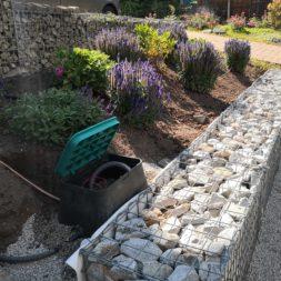 automatische Bewässerung mit Tropfrohr bauen 7 - Hochbeet am Hang mit Gabionen und automatischer Bewässerung bauen