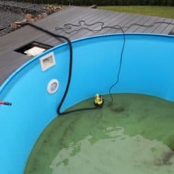 Stahlwandpool abbauen Skimmer Einlaufduese Lampe Poolfolie entfernen 10 - Pool Umbau - Rückbau vom Stahlwandpool