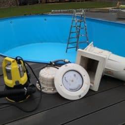 Stahlwandpool abbauen Skimmer Einlaufduese Lampe Poolfolie entfernen 14 - Pool Umbau - Rückbau vom Stahlwandpool