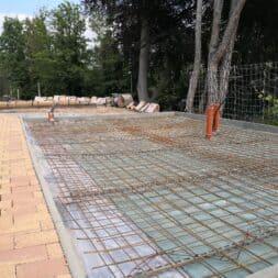 Betonfundament im Garten bauen–Gartenkueche–Tierhaus Voliere commaik.de 06 - Betonfundament im Garten bauen – Gartenküche – Tierhaus - Voliere