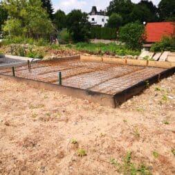 Betonfundament im Garten bauen–Gartenkueche–Tierhaus Voliere commaik.de 11 - Betonfundament im Garten bauen – Gartenküche – Tierhaus - Voliere