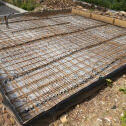 Betonfundament im Garten bauen–Gartenkueche–Tierhaus Voliere commaik.de 12 - Betonfundament im Garten bauen – Gartenküche – Tierhaus - Voliere