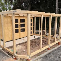 Gartenhaus mit Vogelvoliere selber bauen Aussenbereich anlegen commaik.de 15 - Vogelvoliere und Kleintiervoliere im Garten selber bauen – Außen Gehege bauen für Hasen, Vögel und Meerschweine