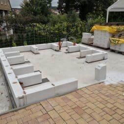 Gartenkueche bauen–Sockel und Waende mit Gasbeton Pornbeton Ytong mauern commaik.de 28 - Gartenküche bauen #2 – Sockel und Wände mit Gasbeton mauern