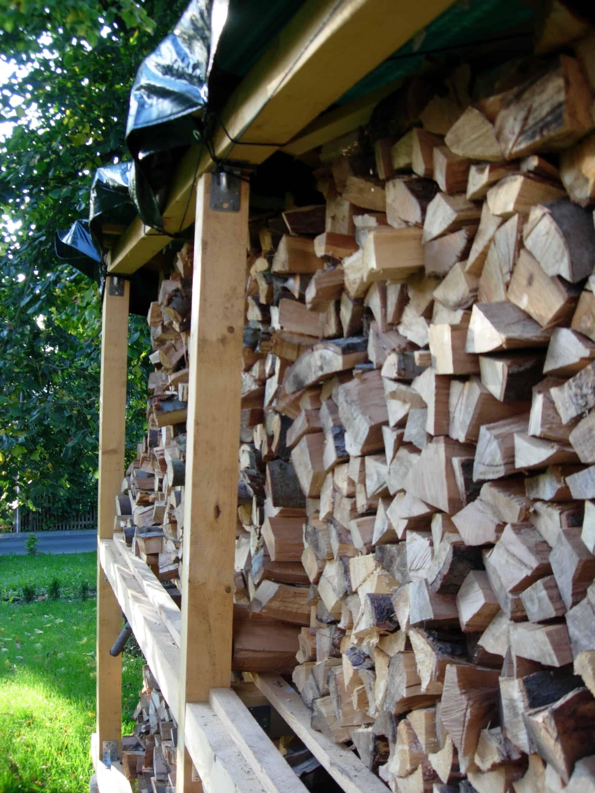 Bau des Brennholz-Lagerregales im Garten